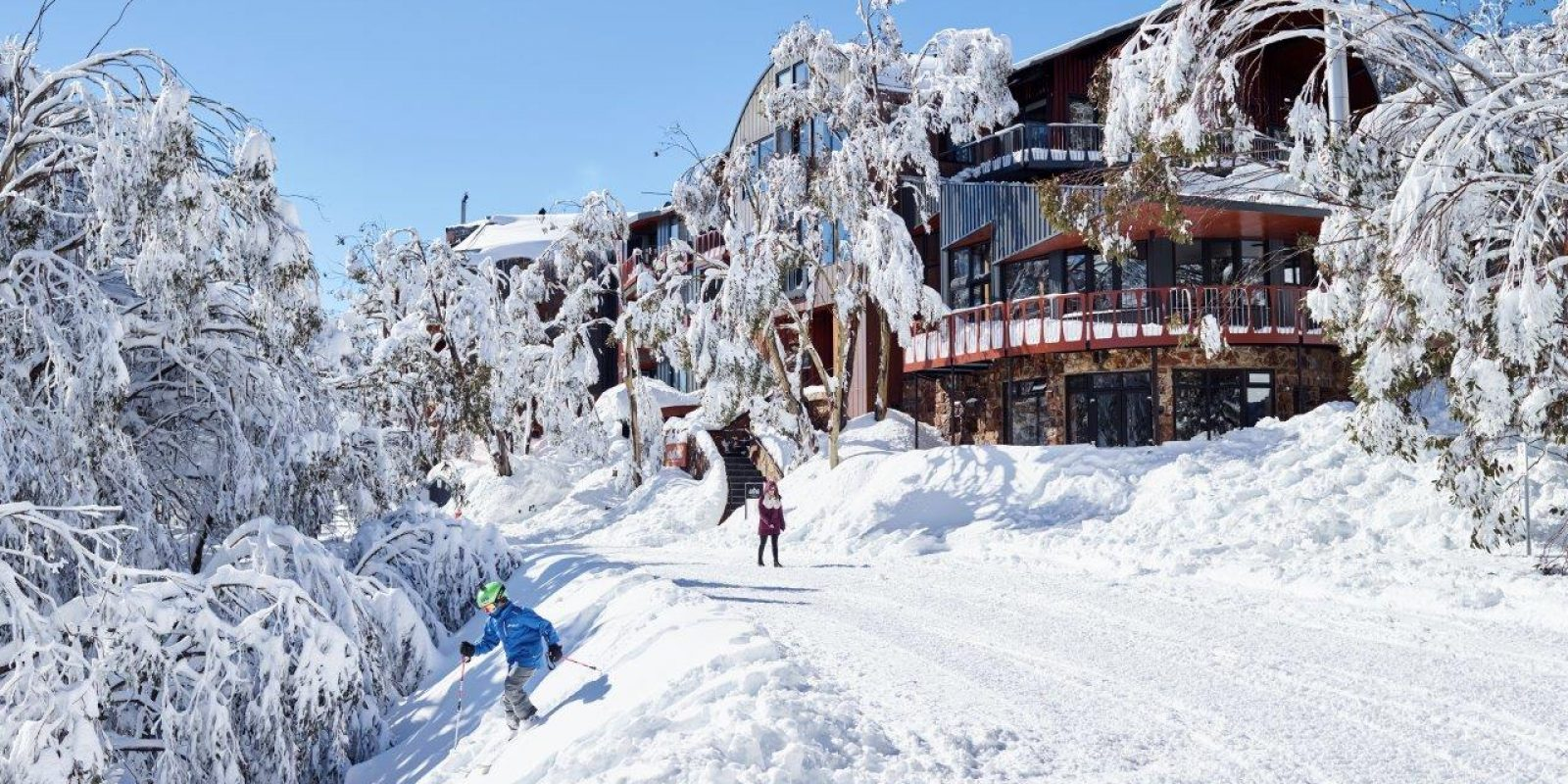 Astra Lodge - Front view in snow season